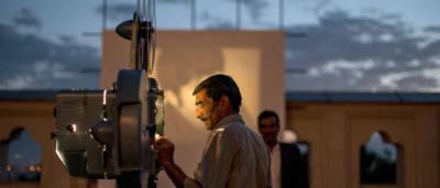 La storia dell'Afghanistan vista attraaverso gli occhi del cinema e del cinematografo, l'incredibile avvenutra del regista Ibrahim Arify alla riscoperta dei documentari conservati negli archivi della AFO e messi in salvo da eroici registi