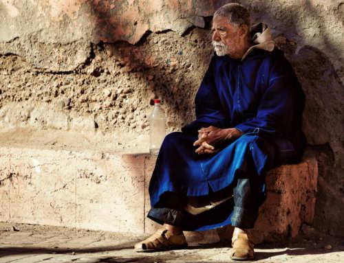 """Proverbi sulla saggezza: """"Vede più un vecchio seduto che un giovane in piedi"""" (Congo)"""